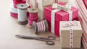 3 preprosti načini, kako lahko doma zavijete čudovito darilo
